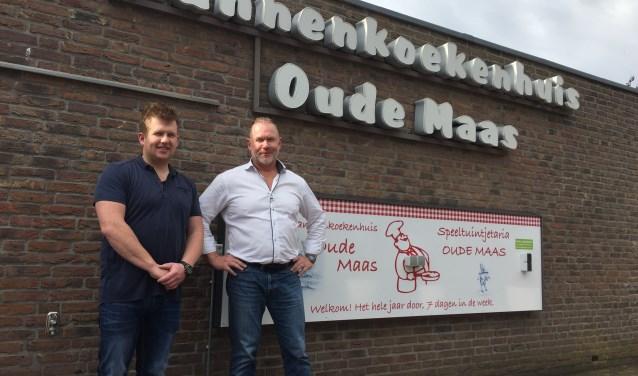 """Eigenaar John Bakker en zijn zoon bij de entree van het populaire """"Pannenkoekhuis De Oude Maas (Foto Arie Visser)"""