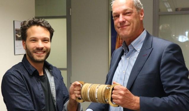 Johan Noppe van Portaal (rechts) ontvangt het Duurzaam Estafettestokje van Jorg Rijksschroeff van Sit & Heat.