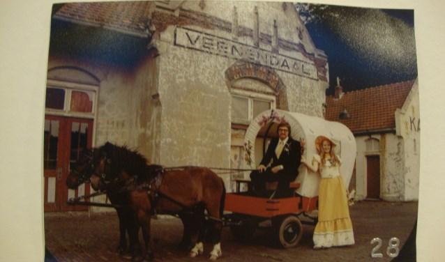 Geurt Roseboom en Francis Drenth poseren op 3 juni 1974 bij het oude Station Veenendaal. Een jaar later zou deze geheel zijn verdwenen. (Foto: Familiearchief)
