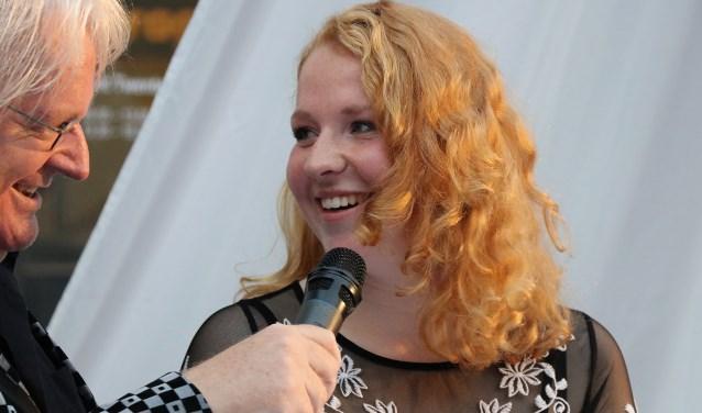 Demi Moss van ROC van Twente is nu in de race om landelijke uitblinker te worden. Hier staat ze op de foto met dagvoorzitter Willem Habers. Foto: Annabel Bik