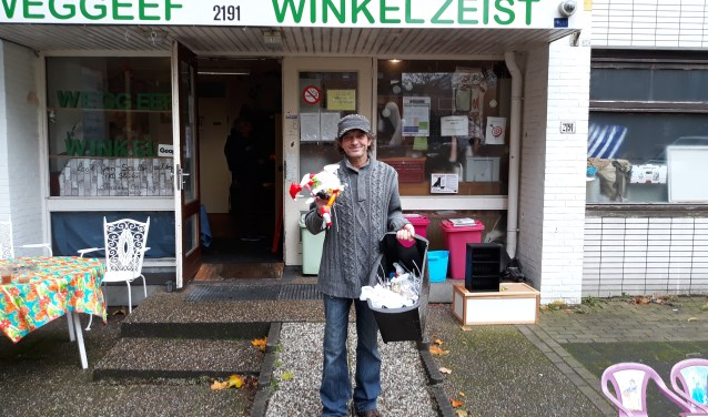 De weggeefwinkel van Jan Paasman mag van de gemeente tot 2020 in het oude schoolgebouw blijven. FOTO: Maarten Bos