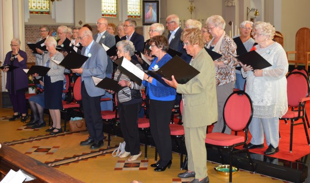 Seniorenkoor 'Zilv'ren Klanken' uit Schoonhoven bestaat al veertig jaar. (Foto: Tessa de Gruijter)