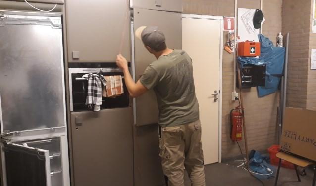 Het stellen van de deurtjes is een precies werkje.