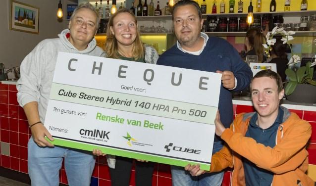 Renske wordt geflankeerd door de schenkers Hans (links), Martijn en rolstoeldanser Sander Verbeek.