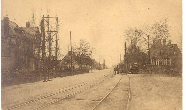 Rechts op de foto: tramstation De Greef aan de Provincialeweg. Met paard en wagen wordt het verdere transport verzorgd. Links villa 'Ter Eijk'.