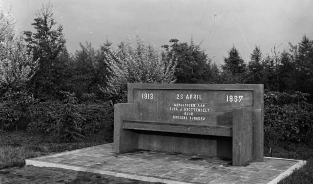 Nabij de rotonde Markeloseweg-Burgemeester Knottenbeltlaan staat nog altijd de stenen bank die Knottenbelt bij zijn afscheid kreeg van de Rijssense bevolking.