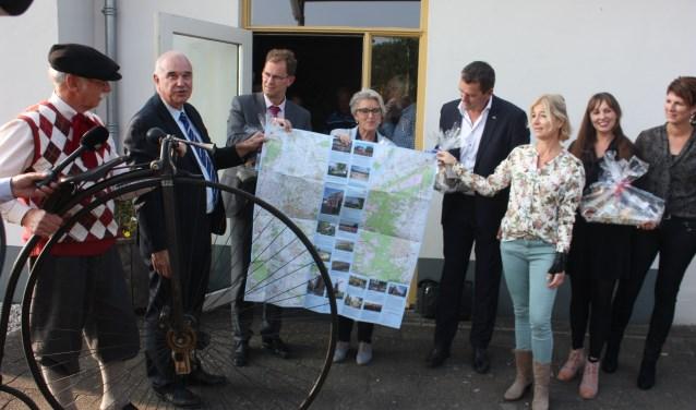 Martin Braakensiek uit Veessen kwam met zijn historische fiets de kaart brengen naar de bijeenkomst op Vrieze's Erfgoed in Wapenveld waar de wethouders uit Hattem, Heerde en Epe te gast waren.