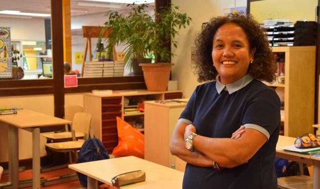 Schoolmaatschappelijk werkster Willeke van Laar in een klaslokaal in het centrum van Ede. (foto: Danny van Zeggelaar)