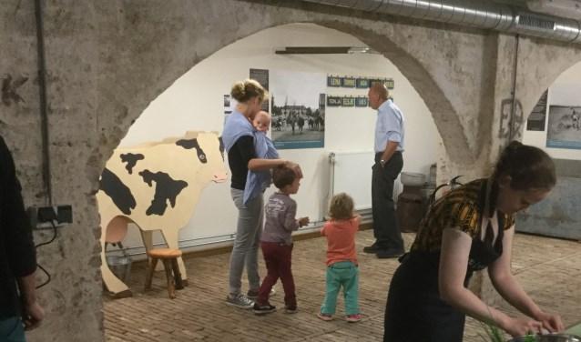 borduren en koe melken in van t lindenhoutmuseum de