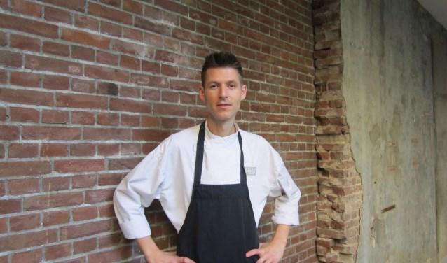 """""""Ik probeer een eigen stijl te ontwikkelen"""", legt Joost Verhoeven uit. """"De klassieke keuken met een eigen touch en mediterrane invloeden. In de keuken kook ik gewoon mee, geef leiding, maak de borden op en controleer ze voor ze worden opgediend. Ik hoop hier nog lang te werken, ik heb het goed naar mijn zin."""" Foto: Dick Hubertus"""