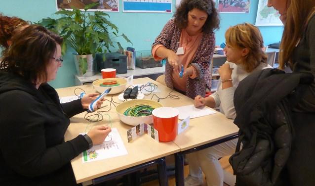 Tijdens de feestelijke middag konden de aanwezigen zelf ook activiteiten uit het cultuurmenu uitproberen, zoals de 3D-pen. (foto:  Marnix ten Brinke)