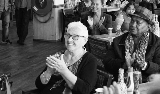 Bewoners van Zorgcentrum De Leeuwenhoek blij met de 'lachmuur'. Shirley (op de achtergrond) is ook blij met het resultaat. (Foto: Julia Janssen)