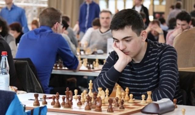 Schaaktalent Robby Kevlishvili zal tijdens Kanaleneiland Open simultaan een schaakpartij spelen.