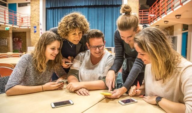 Op openbare basisschool de Springplank aan de Beukenstraat gaven medewerkers van Travers maandag voorlichting over social media aan ouders. (foto: Frans Paalman)