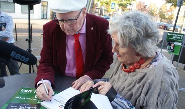 Peter Année ging na de speeches over tot het signeren van 'zijn' boek 'Een leven lang Willem II'. De biografie is geschreven door Thomas Rensen.