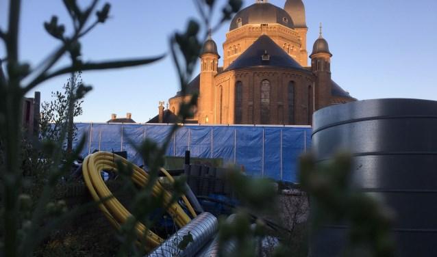 Een blik op het bouwterrein met op de achtergrond de kerk die het nieuwe theater omringt.