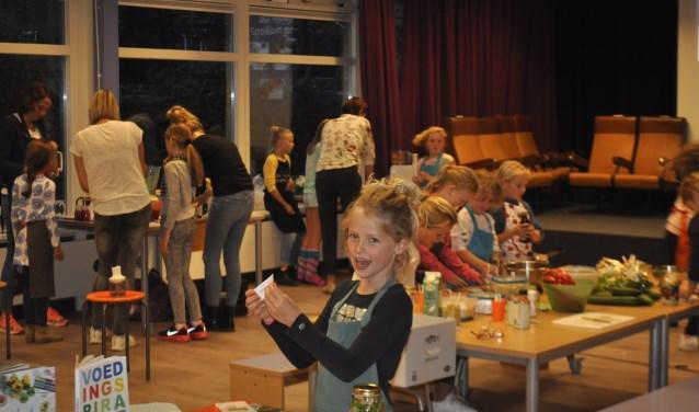 voedigsdeskundige Zaklina Melis afgelopen donderdag een leuke en interactieve workshop heeft gehouden, op de Barbaraschool in Bunnik. FOTO: Agnes Laurens