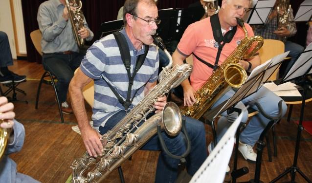 """""""Ik heb het idee dat ik nog een hele tijd mee kan als baritonsaxofonist."""" (Foto Theo van Sambeek)."""