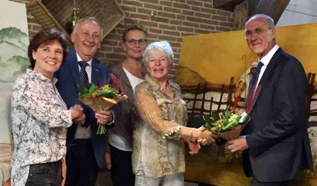 Een aantal dames krijgt bloemen als dank voor hun schilderijen in de zorgboerderij. (foto Pr)