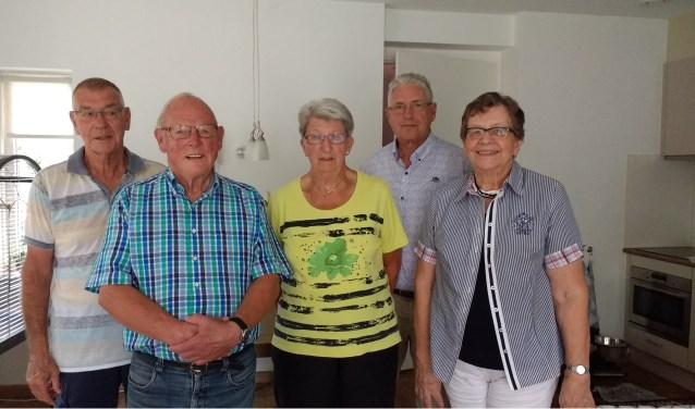 """v.l.n.r. Thijs Vos, Arie Slagmolen, Corry Walraven, Jan Rietveld en Nel Vos. Deze vijf leden zijn samen goed voor 220 jaar koorlidmaatschap.         Jan Rietveld: """"Dit koor doet veel meer dan alleen muziek maken. Het verbindt."""""""