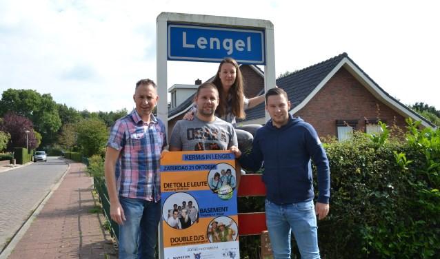 Wouter Giesen, Bas Kock, Mark en Marjon Römer van de commissie Kermis in Lengel hebben weer veel werk verzet. (foto: PR)