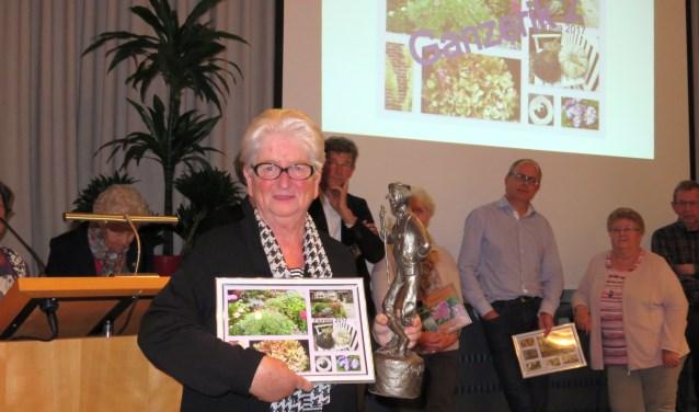 Mevrouw Jo Lieftink-Vos is trots dat haar tuin is uitgekozen als de mooiste tuin van Bennekom. Foto: Doriet Willemen.