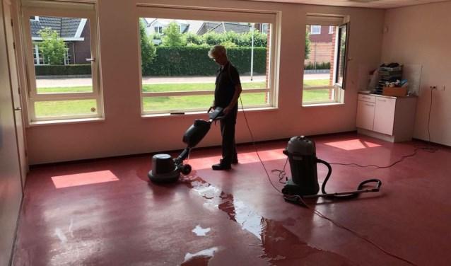 De Ster Bedrijfsdiensten reinigede onder andere bij de gemeente Hengelo chemieloos 17 sporthallen.