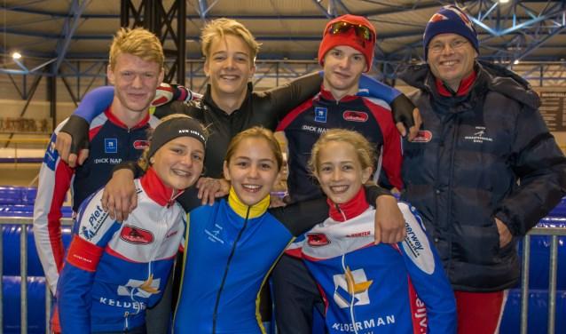 De voltallige ploeg op de ijsbaan in Dronten: Chaim Boer, Bauke van Beek, Jelle Stienstra, coach Ynze Stienstra, Anna van Meijeren, Jasmijn Hiddink en Anna Jochemsen.