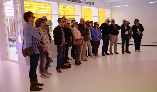 Deelnemers krijgen een rondleiding langs de fameuze cleanroom.