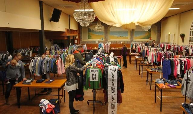 De kleding in Driel hangt in overzichtelijke rekken.Dan vergemakkelijkt het zoeken. De kledingbeurs in Driel is goed georganiseerd en daarom populair bij iedereen die goede tweedehands kleding zoekt. (foto: Kirsten den Boef)