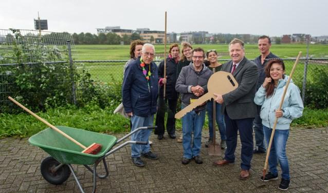 Cliënten van Prezzent nemen de sleutel in ontvangst van wethouder Adrie Bragt. Foto: Iris Wuijster