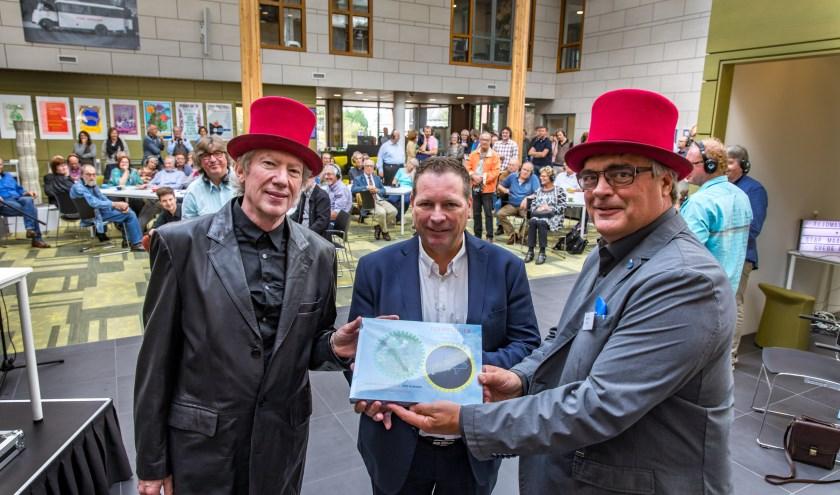 Wethouder Melissen ontvangt het eerste exemplaar van 'tijdreiziger'. links Floris Kolvenbach, rechts auteur Albert Wammes.  (Foto: Jan Bouwhuis)