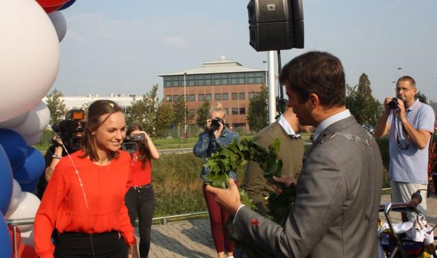 Voordat wereldkampioene Chantal Blaak het podium opgaat, krijgt ze van de burgemeester een krans om gehangen.                    Foto: GvL.