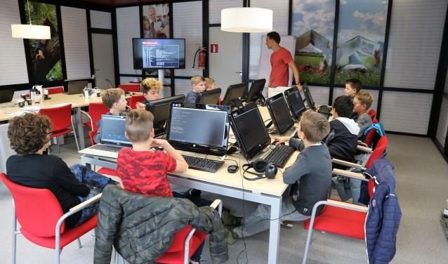 In de computerruimte kregen de kinderen 'hackles', om te leren over de (on)veiligheid van internet. Met die wijsheid op zak gaan kinderen bewuster om met gevoelige informatie, zo is de gedachte.