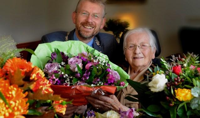 Burgemeester Jan de Boer op bezoek bij 103 jarige inwoonster in de Valentijn, mevrouw G.van Mourik - van Wijk (Foto: William Hoogteyling)