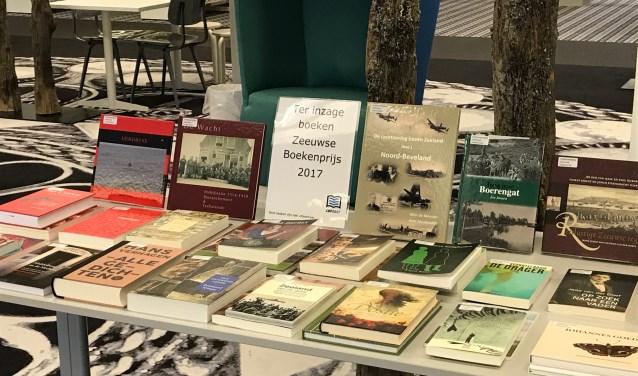 De leestafel van de Zeeuwse Bibliotheek met de genomineerde Zeeuwse boeken FOTO: ZB/Planbureau