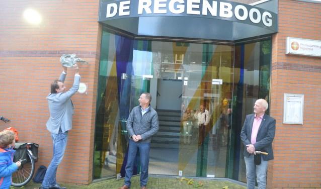 Roy Zijlstra onthult het bordje met de tekst 'Wij zijn een Groene Kerk' bij De Regenboog.