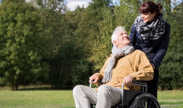 Een mantelzorger zorgt langdurig en onbetaald voor een naaste met een ziekte of beperking. Meestal is een mantelzorger een familielid.