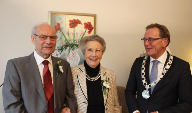 Burgemeester Janssen op bezoek bij het jubilerende echtpaar. FOTO: Rutger van den Hoofdakker