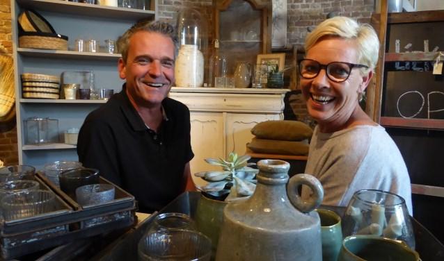 De BRZB wordt dit jaar voor de derde keer gehouden en initiatiefnemers Angelique (rechts) en Jan Paul Kosten (links) van Liek&JP woonwinkel in Heinkenszand staan nog steeds versteld van het succes van deze formule. FOTO: Rachel van Westen