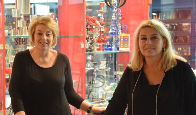 De zussen Annemieke en Gerrien van de Loosdrecht in hun winkel. (foto: Danny van Zeggelaar)