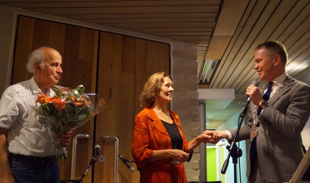 Joke Verkuijlen ontving een Koninklijke Onderscheiding uit handen van burgemeester Rehwinkel.