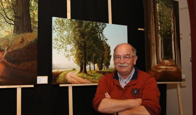 Eddy Cox bij één van zijn schilderijen. (Foto: Theo van Sambeek).