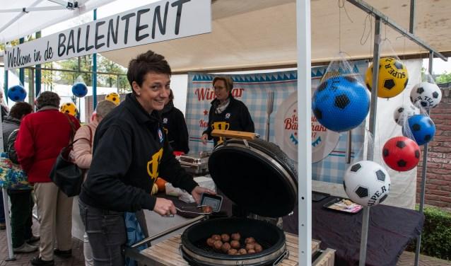 Keurslager Horst was één van de ondernemers die afgelopen zaterdag meedeed tijdens Smakelijk Epe. Vanuit hun 'Ballentent' lieten ze bezoekers onder andere proeven waarom ze 2 oktober de nationale wedstrijd om de Lekkerste Bal Gehakt 2017 gewonnen hadden. (foto: Dennis Dekker)