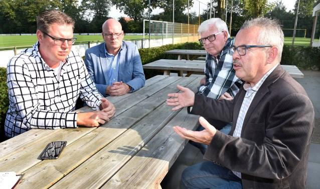 Vlnr: Niels Berendsen, Barry Kock, Benny Centen en wethouder Bert Kuster. (foto: Roel Kleinpenning)