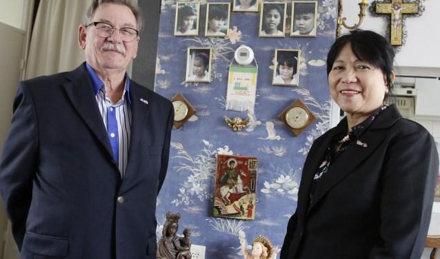 Arie en Adelina Philipsen met op de achtergrond foto's van kinderen die geholpen werden. Na 28 jaar is hun doel bereikt.