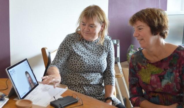 Corita Zuidema (links) legt wethouder Patricia Withagen uit wat Anne allemaal voor haar doet en betekent.