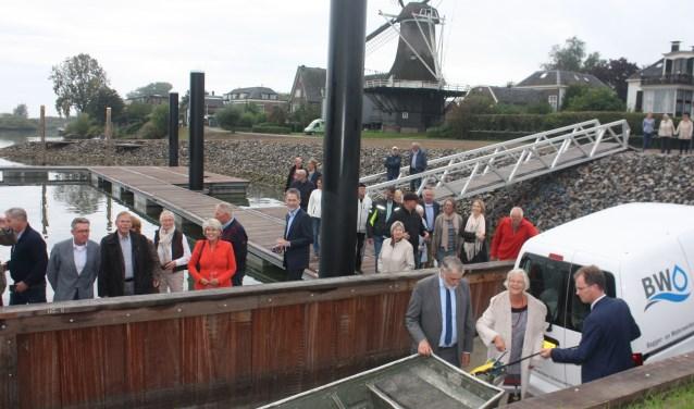 Gedeputeerde Meijers liet, geassisteerd door de wethouders van Dijk en Meijer, de eerste boot te water vanaf de boothelling in de nieuwe haven van Veessen.