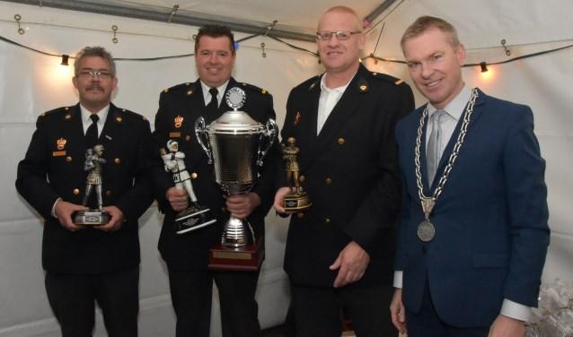 De winnende brandweerlieden van de brandweervaardigheidstoets van dit jaar: Maasdriel, Zaltbommel en Gameren, samen met burgemeester Rehwinkel. Deze jaarlijkse vaardigheidstoets is een extra toets naast het reguliere oefenprogramma van de brandweer.