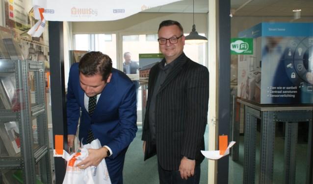 Wethouder Erik de Ridder en Marcel Timmermans forceerden samen de papieren deur van de winkel in het pand van de Technische Unie.